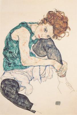 Sedící žena s pokrčenými koleny