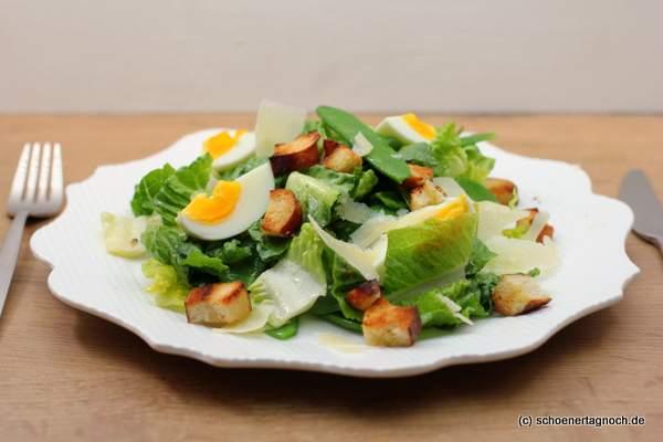 Zuckerschoten-Romana-Salat mit Laugen-Croutons und Parmesan