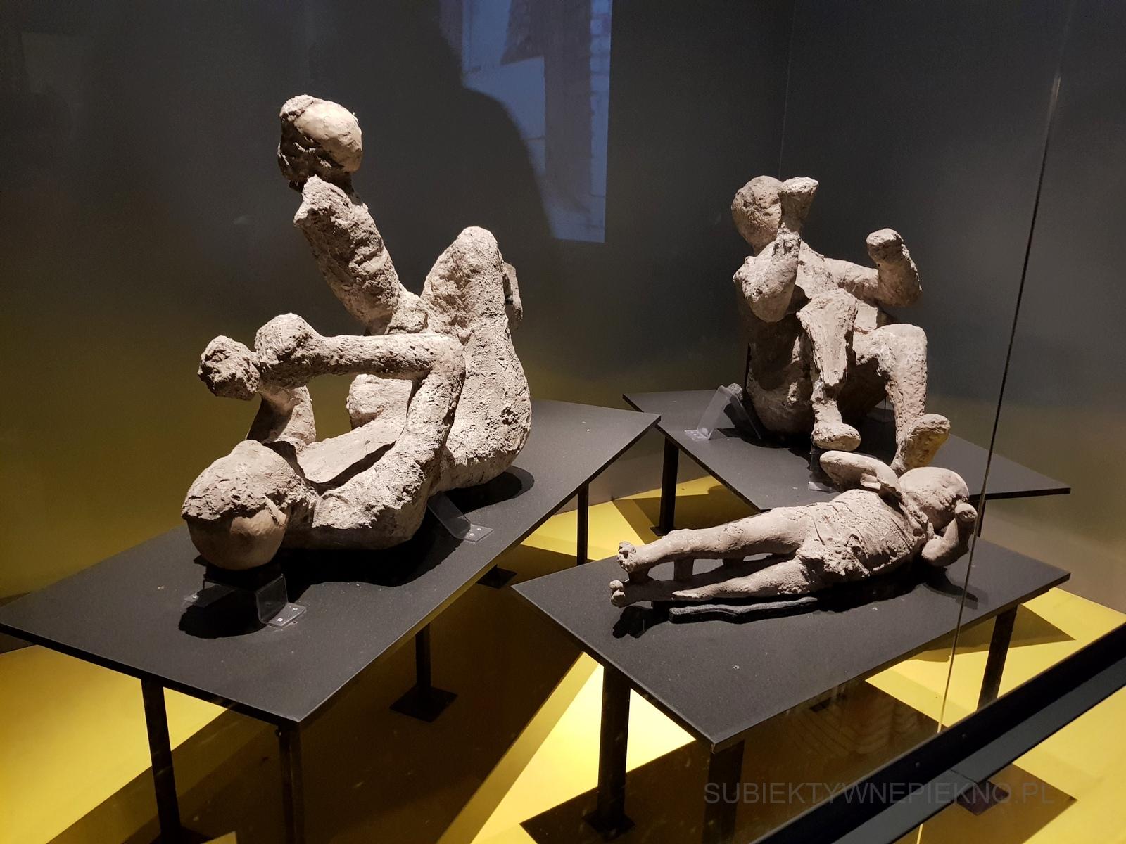 Pompeje koło Neapolu. Zwiedzanie ruin starożytnego miasta. Ludzie