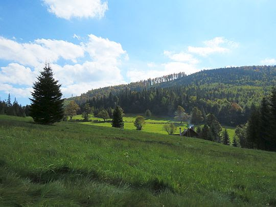 Przełęcz Klekociny. Z prawej wznosi się Magurka.