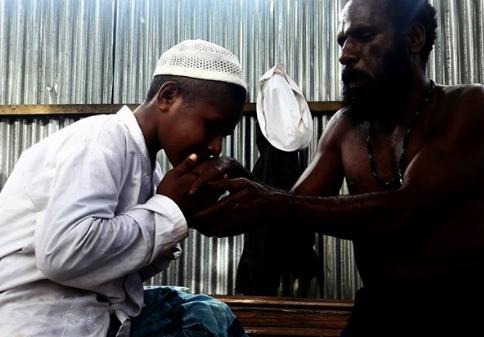Mengharukan! Walaupun Beda Agama, Ayah Ini Tetap Biayai Anaknya Belajar di Pesantren, Sebarkan!