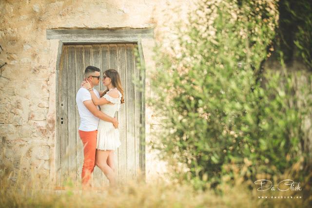 pareja abrazada en puerta de madera