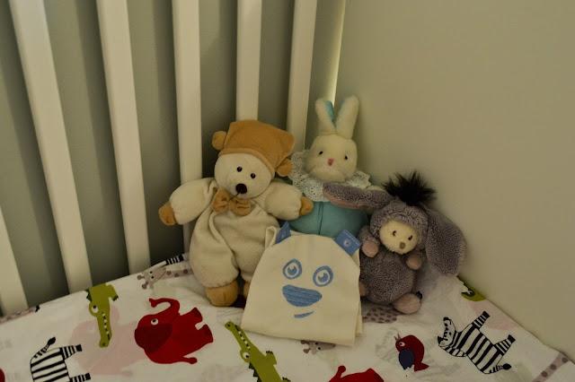 Saippuakuplia olohuoneessa. blogi, kuva Hanna Poikkilehto, koti, sänky, sisustus, pehmolelut, lapsi,
