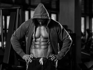 نصائح وتمارين للحصول على عضلات بطن مقسمة في شهر واحد