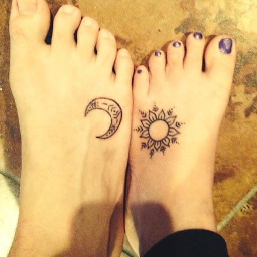 Estilizado do sol e da lua adornam o utente pés neste tatuagem conjunto.