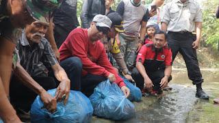 Jaga Ekosistem Sungai, Pemkot Cirebon Tebar Ikan dan Bersih-Bersih Kali