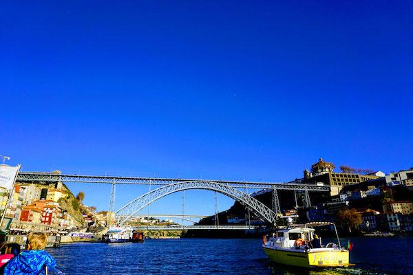 クルーズ船から見上げるドン・ルイス1世橋