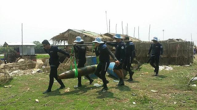 Deux bombes américaines sorties du Tonle Sap. Photographie par Heng Ratana