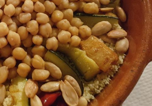 Un cocido hecho con cuscús y garbanzos y con sabor árabe