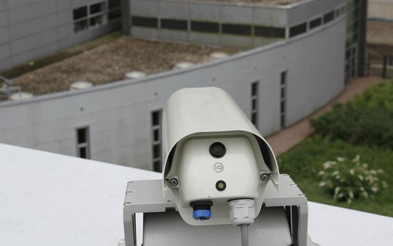 робототизированноеи лазерное пугало Agrilaser Autonomic на крыше фермы
