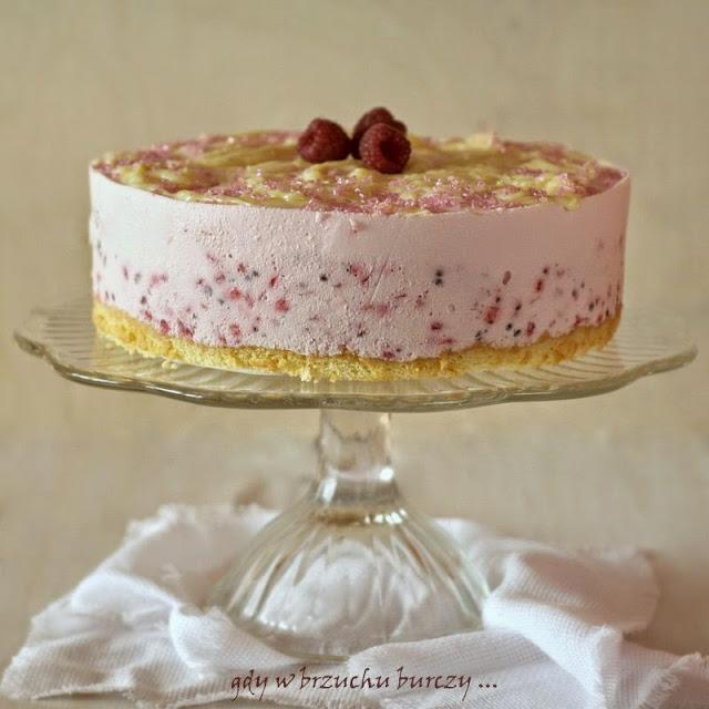 Tort malinowy na biszkopcie, z malinami i śmietanowym kremem
