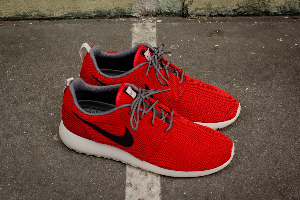 0f65c4b33123c NIKE ROSHE RUN - UNIVERSITY RED   BLACK