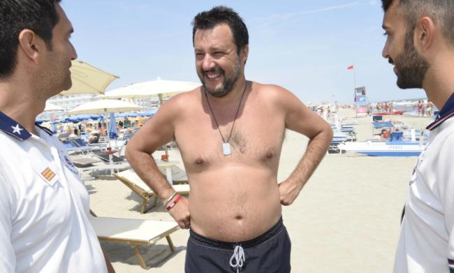 Matteo salvini sulle italiche spiagge