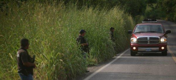 AL MOMENTO; Sicarios vestidos de Marinos secuestran a 5 policías en Aquila Michoacán