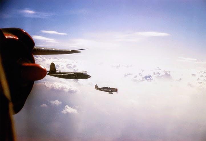 Un P-47 con serbatoio supplementare di scorta ad una squadriglia di B-26 verso l'italia