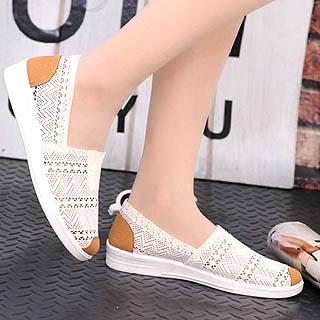 Model sepatu Flat menjadi pilihan wanita untuk kuliah
