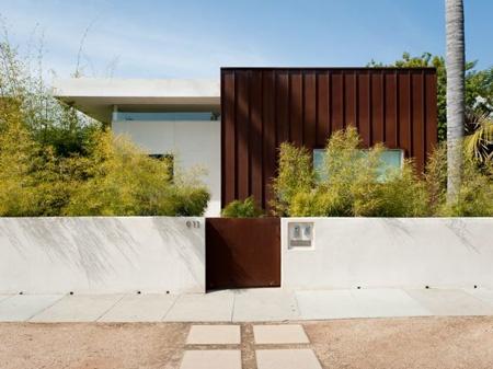 Gard minimalist imprejmuire curte casa design minimalist soclu beton gard si poarta din metal design modern