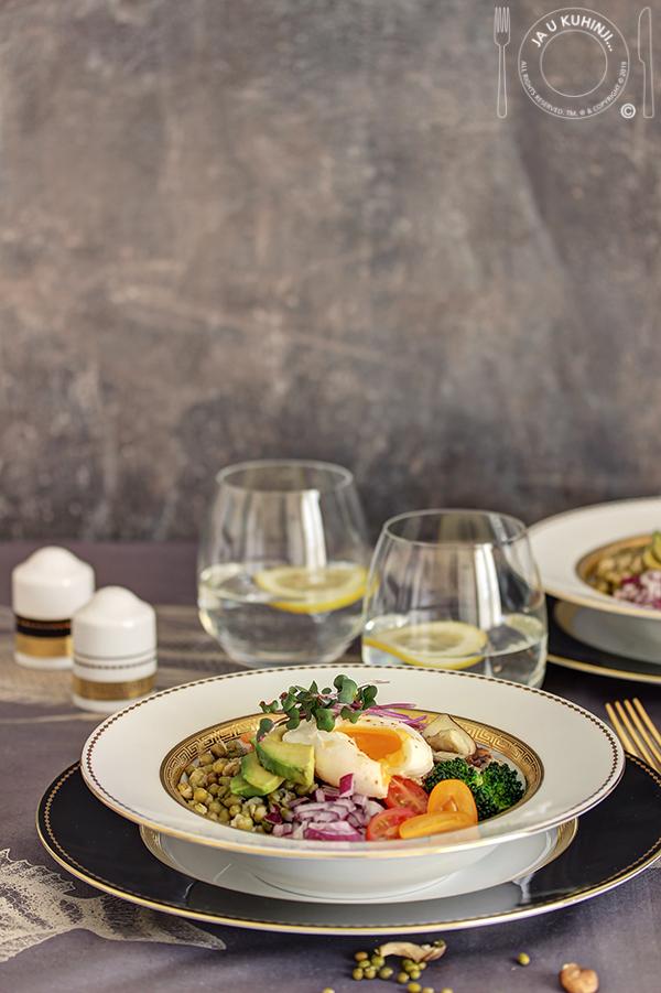 Salata od kinoe i mungo pasulja sa poširanim jajetom