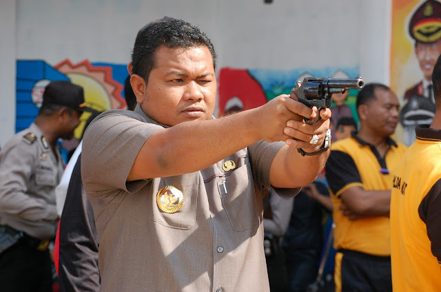 Walikota Tanjungbalai H M Syahrial,SH,MH saat latihan menembak bersama di Lapangan Tembak PARAMASATWIKA Polres Tanjungbalai