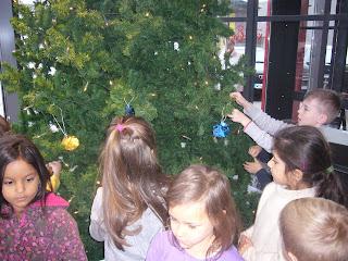 Weihnachtsbaum-Schmücken im Kiliansbäck Würzburg