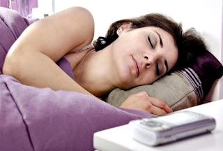 Dormir celular cerca de cama riesgos salud