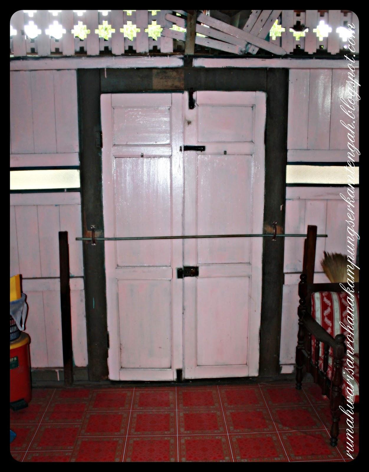Pintu Kayu Ini Dikunci Menggunakan Selak