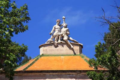 Estatua sobre el Pabellon Neoclasico