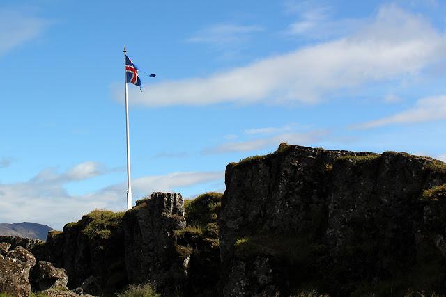 La bandera islandesa sobre la Roca de la Ley o Lögberg en Þingvellir