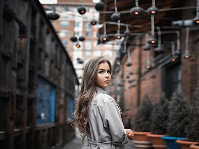 Chica rubia con abrigo mirando atras