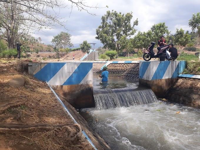 Mandi Ria di Dam Ghueh, Besuki, Situbondo
