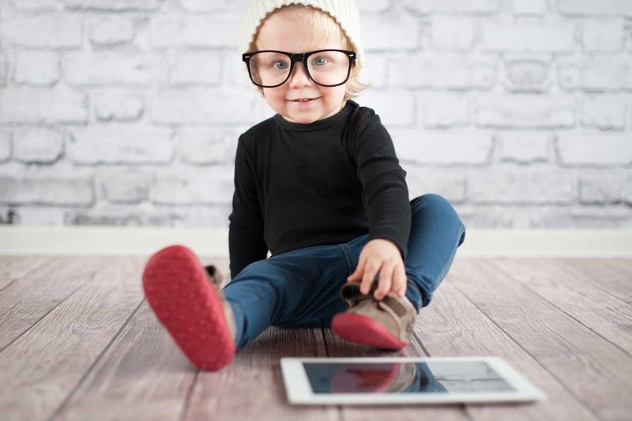 ciri karakteristik sifat kepribadian unik orang manusia generasi z jenis macam tipe pengertian definisi arti media sosial medsos digital perilaku konsumen consumer behavior cara menghadapi mendekati memperlakukan tips pemasaran
