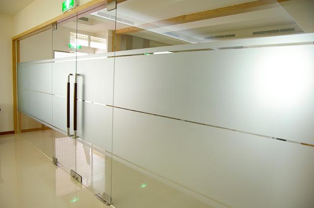 Mẫu decal dán kính mờ cho văn phòng