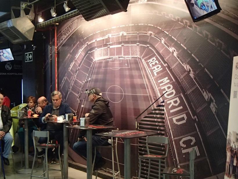 Jeden z licznych barów na stadionie - fot. Tomasz Janus / sportnaukowo.pl