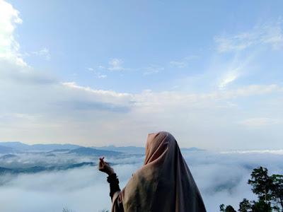Jika pada cuaca mendukung, pendaki akan mendapatkan view gumpalan awan yang keren