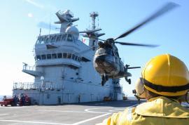 Helicópteros de las FAMET realizan prácticas en un buque francés