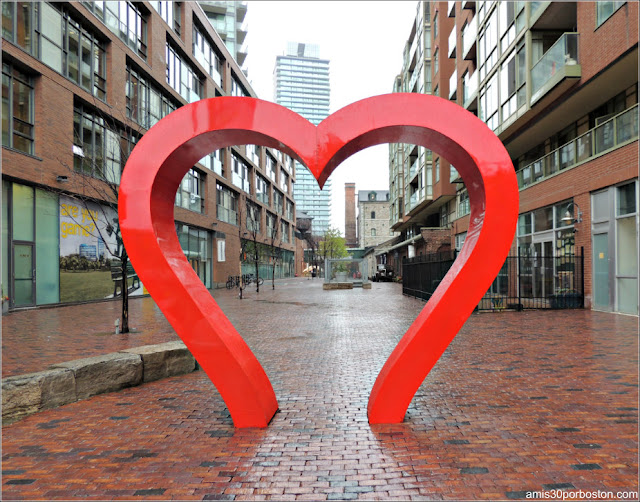 Escultura Corazón en el Historic Distillery District de Toronto