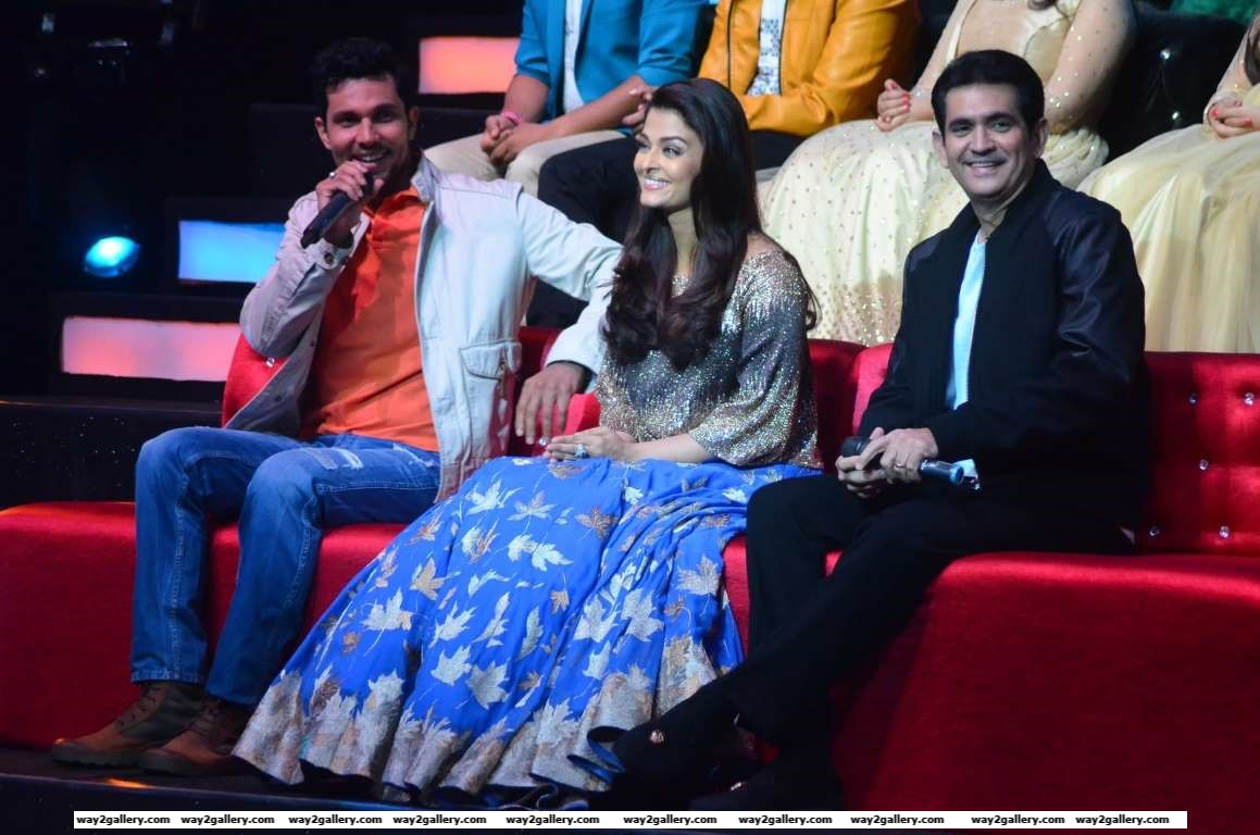 Filmmaker Omung Kumar with actors Aishwarya Rai Bachchan and Randeep Hooda promoted their film Sarbjit on the sets of singing talent hunt show Saregama