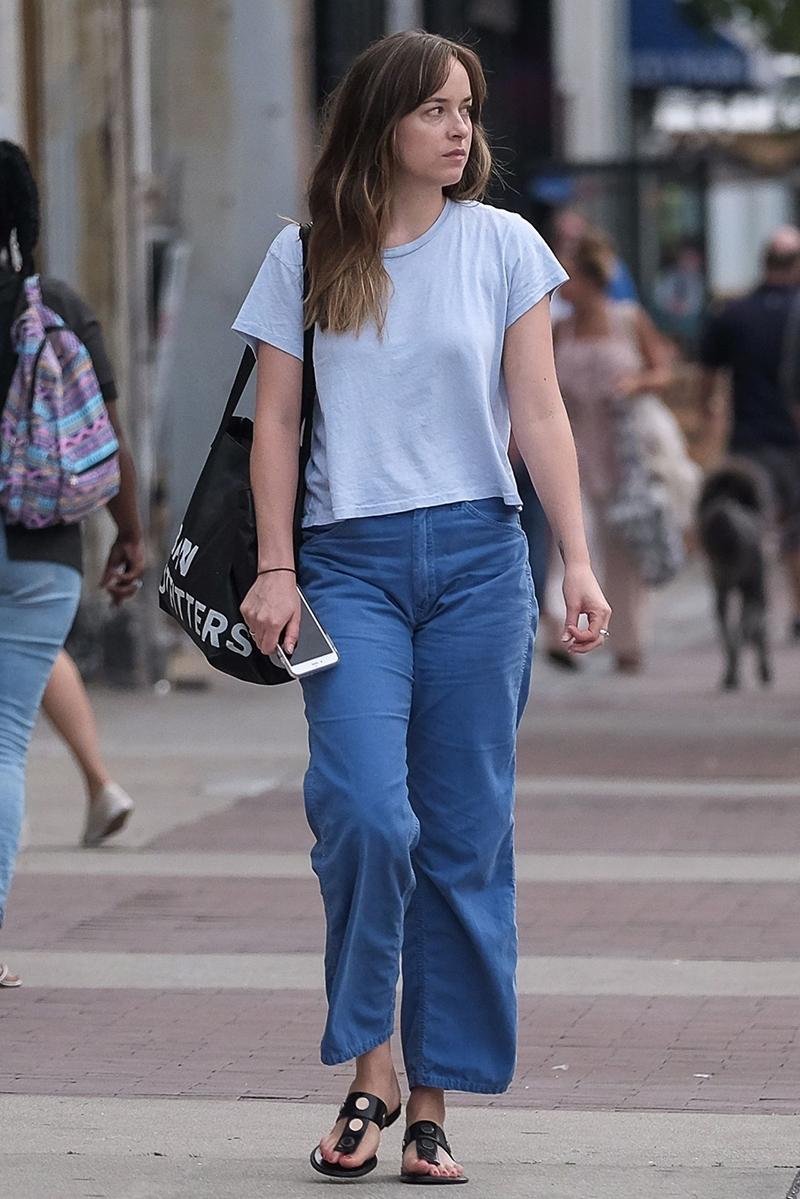 Seksi dengan baju kaos Dakota Johnson