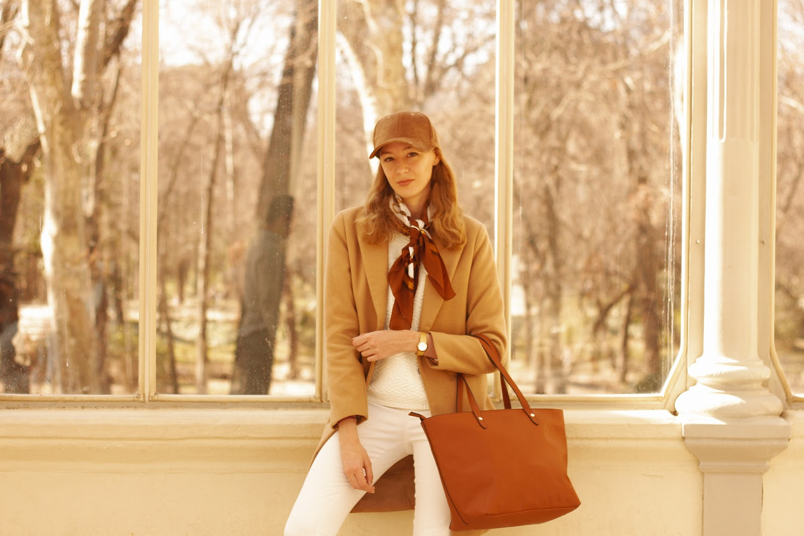 sporty-look-effortless-style-camel-coat-white-total-look-dayaday-bag
