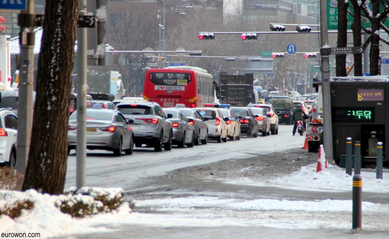 Tráfico en el centro de Seúl con nieve