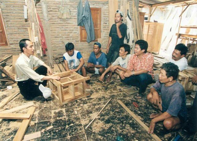 Mantan Walikota Solo, dan juga Gubernur DKI ini terlihat sedang berjongkok dihadapan beberapa tukang