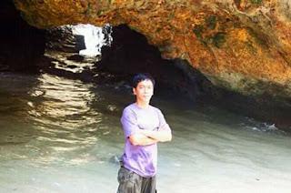 Sapta dengan latar tebing di Pantai Pandawa Bali