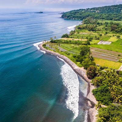 akan mengajak Anda berpetualang ke tempat Bali bab Timur yang tidak kalah mempesona de Padang Bai, Keindahan Pelabuhan Peninggalan Belanda