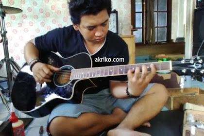 Sudat Pembuat Gitar Bolong di Singaraja Buleleng