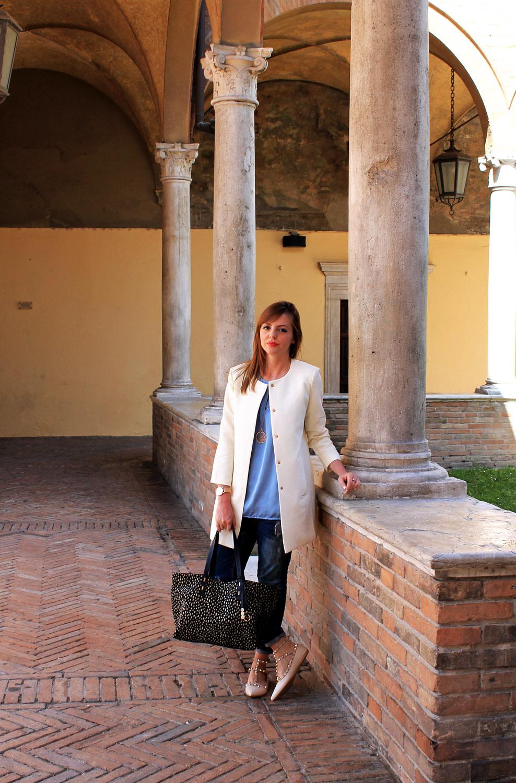 look-primavera-jeans-top-celeste-cappottino-panna