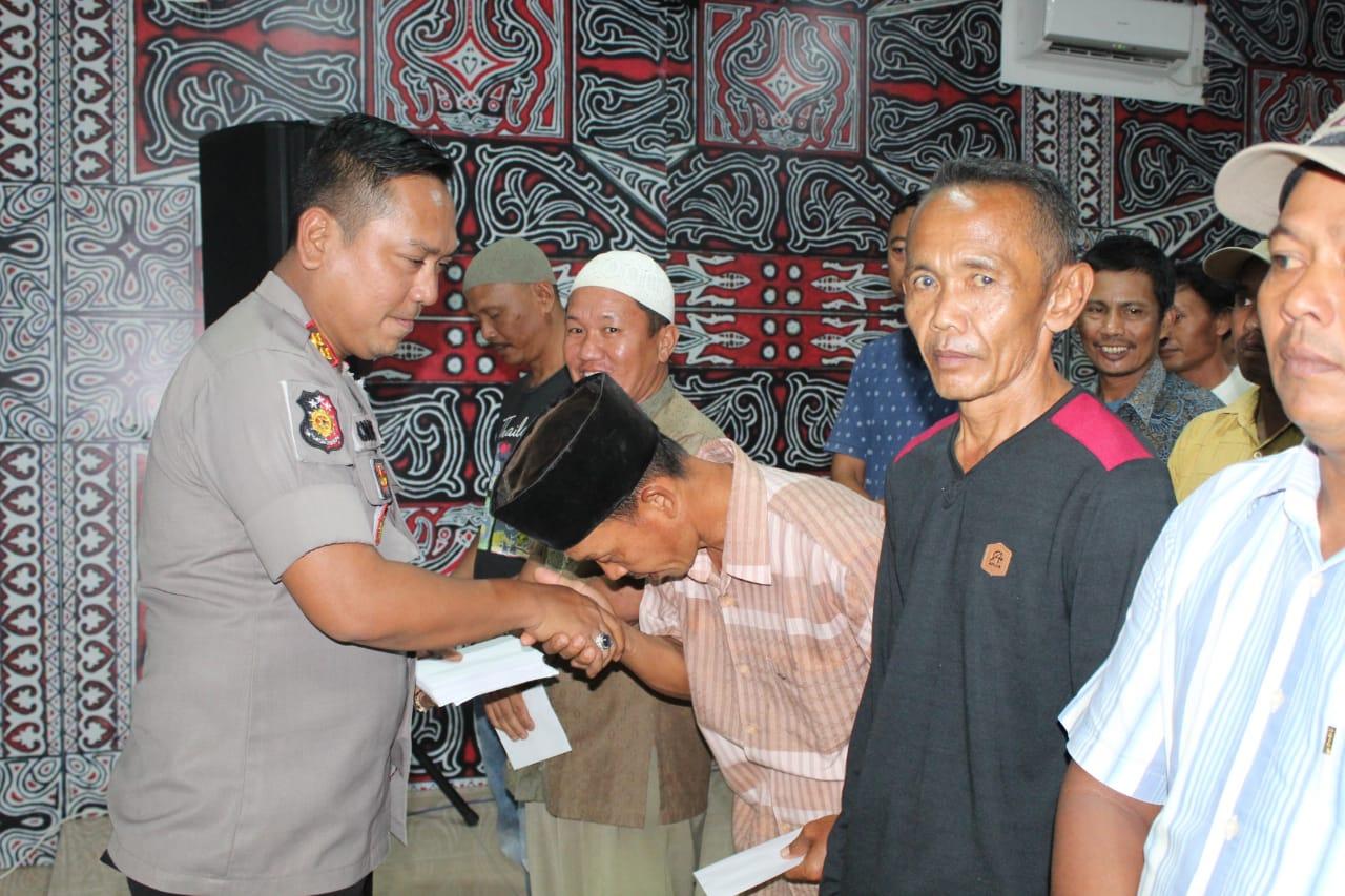 Kapolres Asahan AKBP Faisal Napitupulu memberikan pemalu kasih.