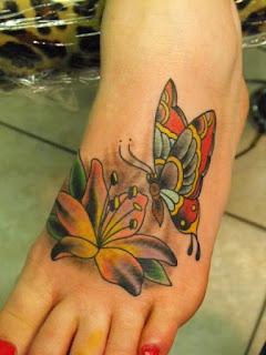Tatuagem em pé de mulher