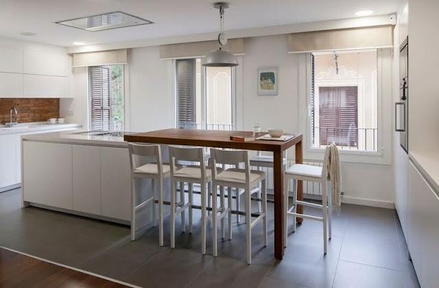Mesas de madera un complemento ideal para las cocinas blancas cocinas con estilo - Mesas redondas para cocinas ...