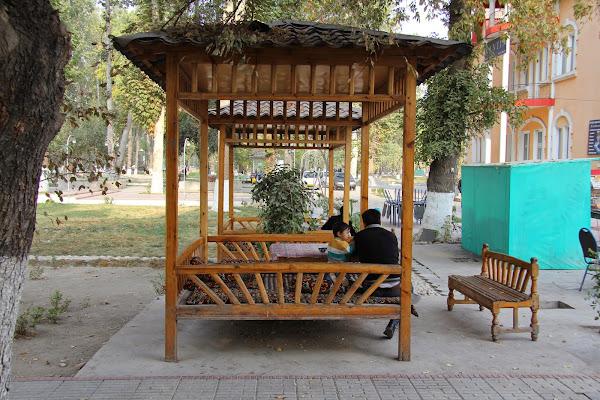 Ouzbékistan, Ferghana, rue Kosimov, chaïkhana Kantin, tapshan, tapchane, © L. Gigout, 2012