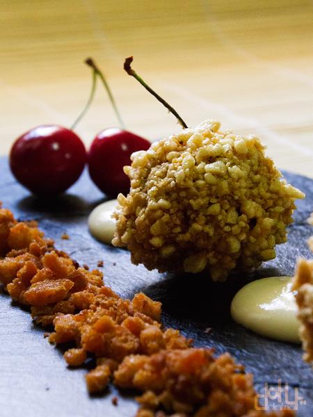 Aperitivo con cereza y morcilla patatera